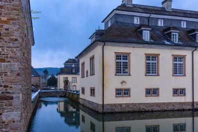 Wandern in der Bergische Schweiz Schloss Ehreshoven mit Wassergraben