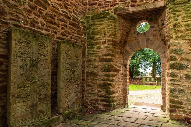 Grabplatten in der Ruine der Sylvesterkapelle