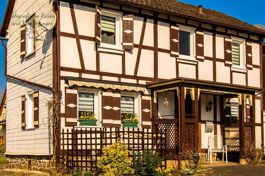 Wunderschöne Häuser im Golddorf Merten - Wandern bei Blankenberg an der Sieg