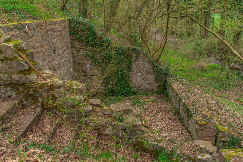 Gegenüber des Kalkofens Reste eines Gebäudes