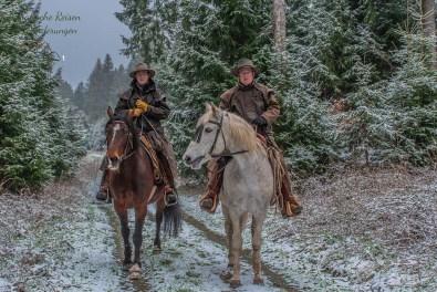 Sie wenden die Pferde, überreden die vierbeinigen Tragtiere zum still stehen