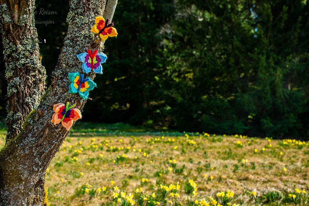 Gestrickte Schmetterlinge am Baum
