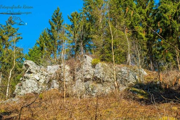 Felsenwände parallel zum Perlenbach