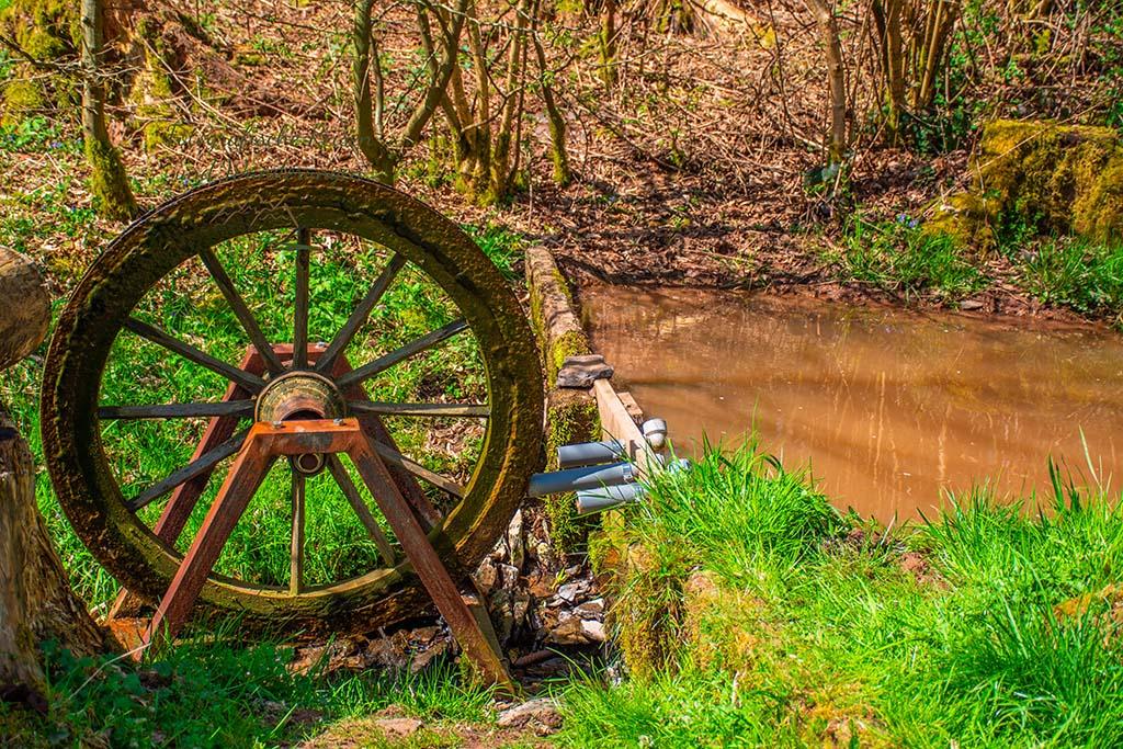 Kleines Wasserrad- Zwei Bäche Pfad