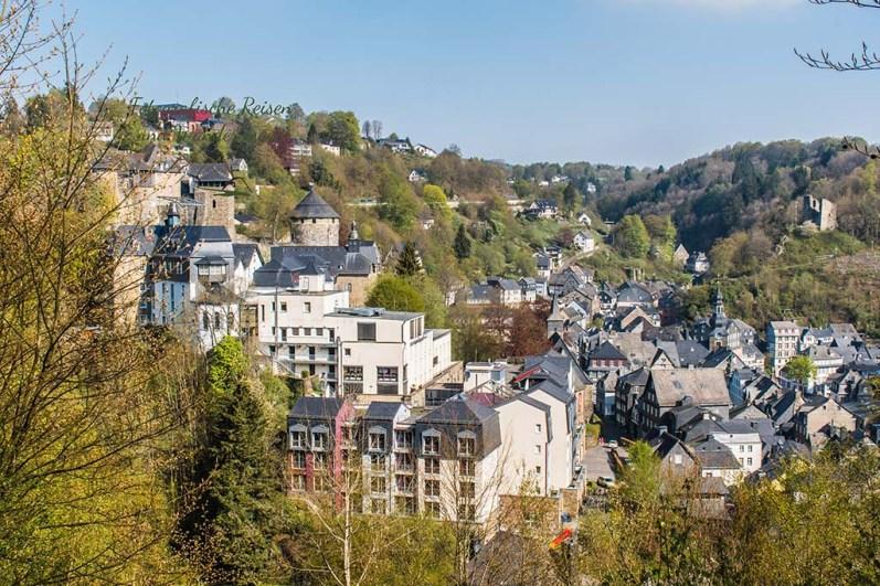 Immer wieder erhasche ich Blicke auf die Schieferdächer der historischen Stadt Monschau