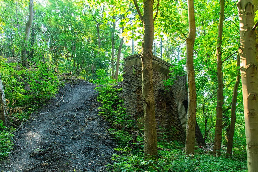 Stützwand eines ehemaligen Sprengschutzbunkers