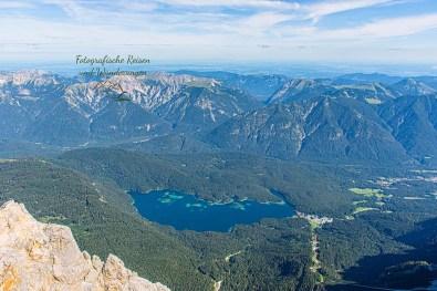 Blick auf Eibsee-Wanderbloggerin auf der Zugspitze