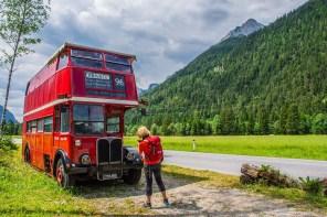 Alter Englischer Bus am Straßenrand