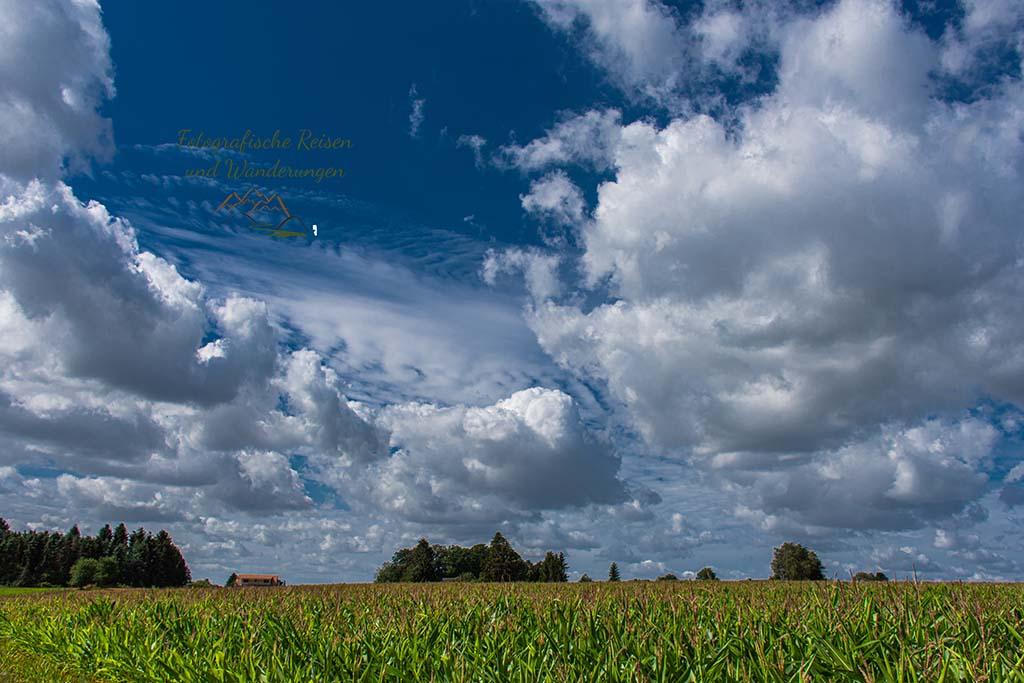 Wolken tief über der Landschaft des Naturpark Bergisches Land