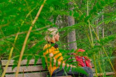 Katja auf Waldbank