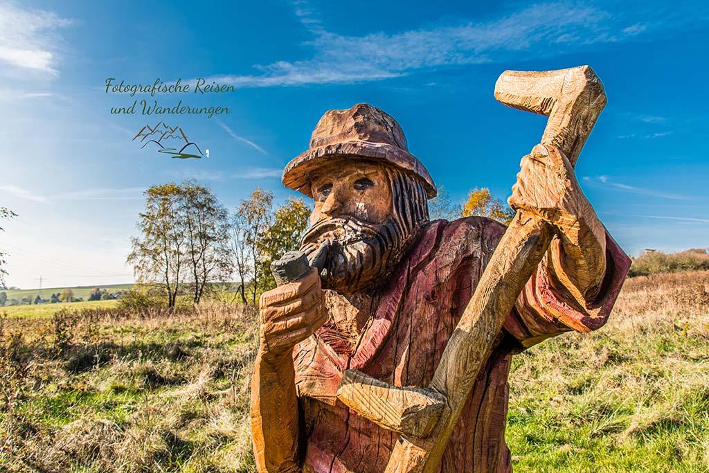 Holzfigur Mann mit Sense - Traumschleife LandZeitTour