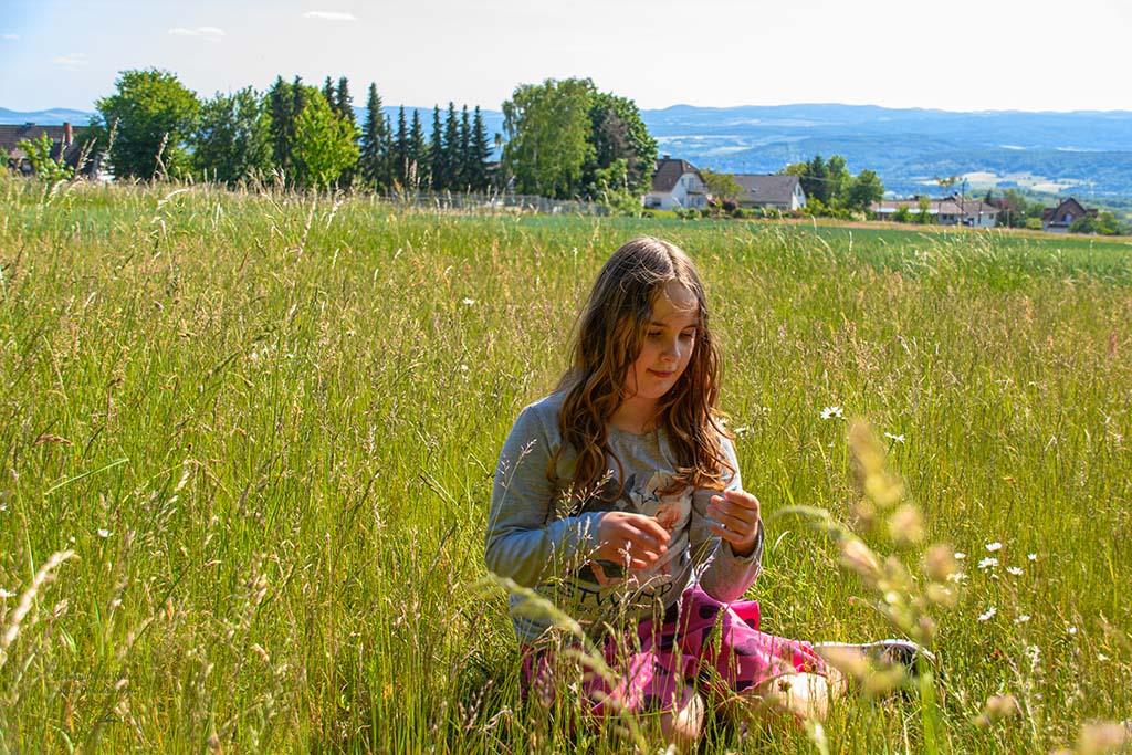 Julia im hohen Gras