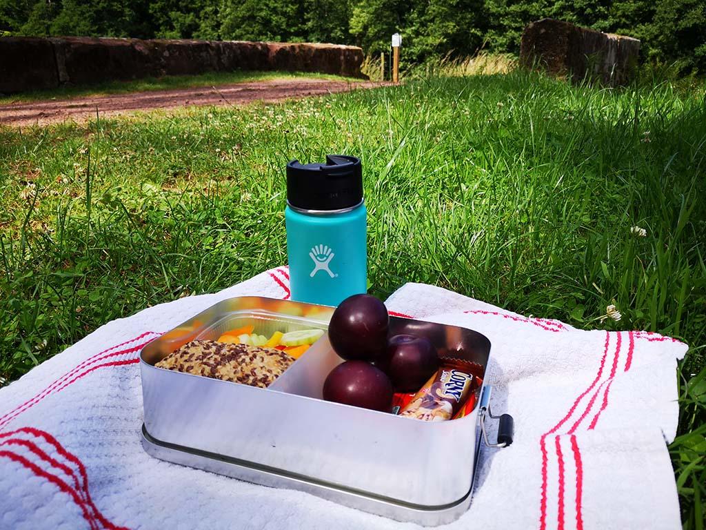 Lunch auf grüner Wiese