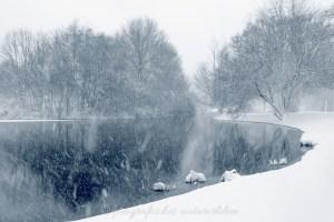 kleiner See im Schnee