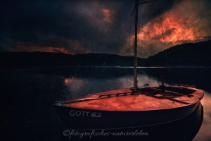 Holzboot am Edersee bei Sonnenuntergang