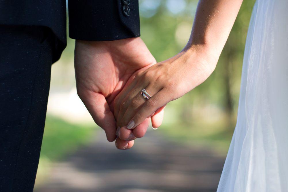 svatba-drzeni-se-za-ruce