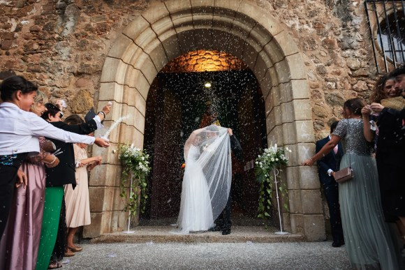 Salida de los recién casados en la iglesia de Viguera en La Rioja