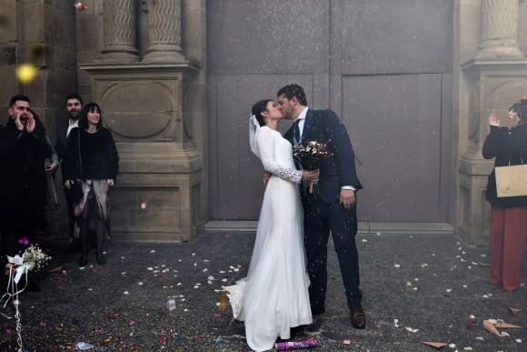 Beso de pareja de recién casados en la puerta de la iglesia de Santiago el Real de Logroño.