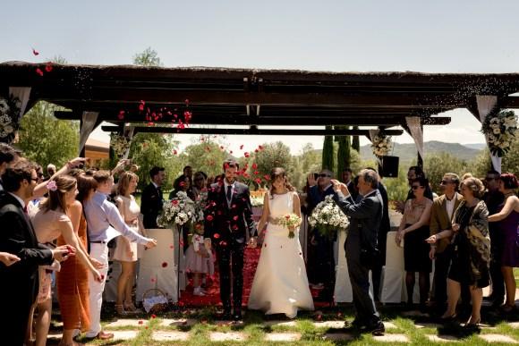 Novios saliendo de la boda en La Merced de Logroño.