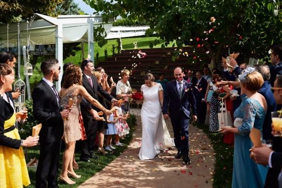 Novios saliendo de la ceremonia en la boda de Eva y Mateo en Zona chic de Castejón