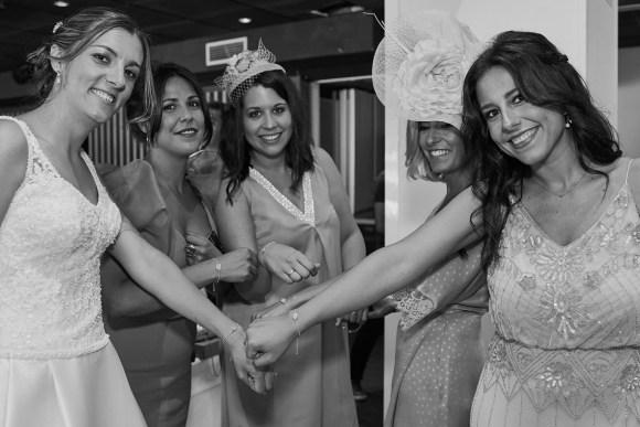 Las amigas de la novia mostrando el regalo