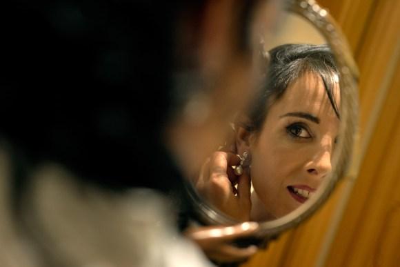 Novia mirándose como le quedan los pendientes de la boda