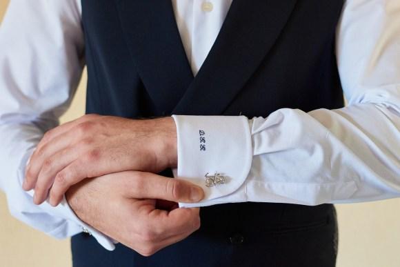 Detalles del bordado de las mangas de la camisa del novio.