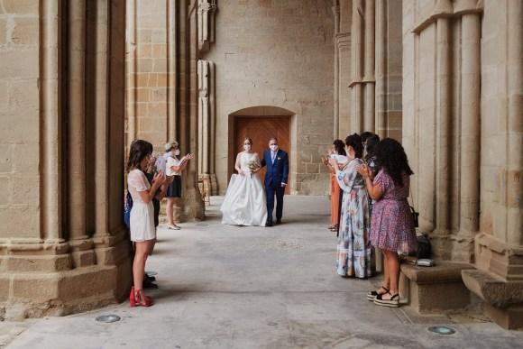 Paseo de la novia y padrino delante de las amigas de esta en las ruinas de la iglesia de San Pedro de Viana