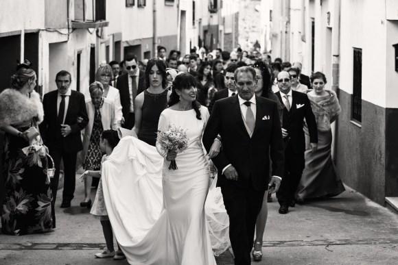Paseo de la pareja hacia la iglesia por el pueblo de Grávalos.