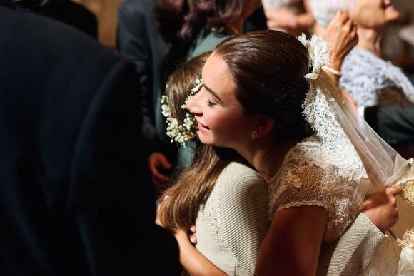 Novia abrazando a su sobrina después de la ceremonia