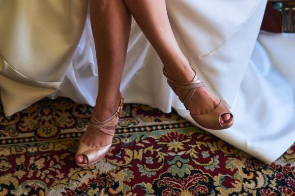 novia posando con sus bonitos zapatos