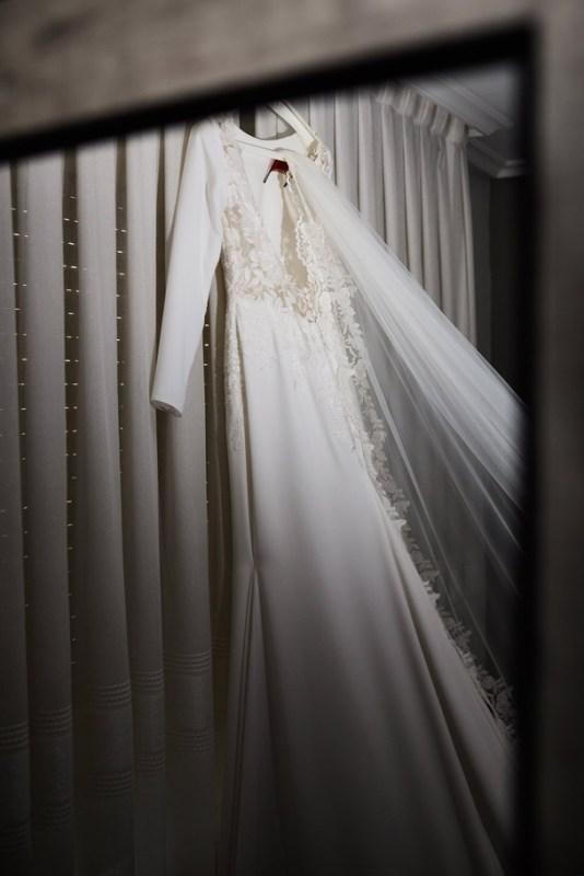 Vestido de novia colgado en su percha en casa