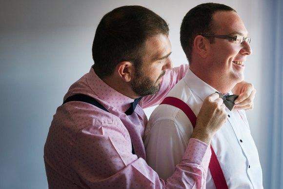 Hermano ayudando a vestir al novio