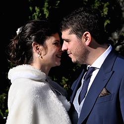 Mirada y sonrisa de pareja de recién casados