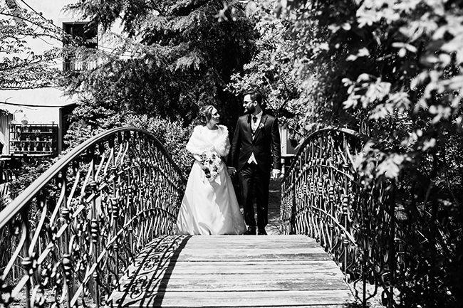 Paseo sobre un puente de una pareja de recién casados en La Rioja