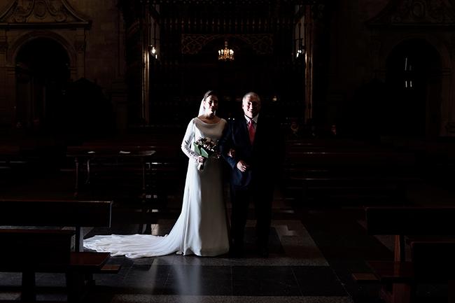 Reportaje de bodas en La Rioja, entrada de la novia a la iglesia