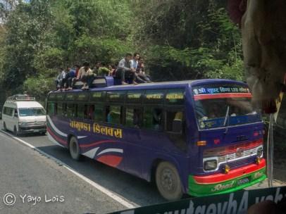 Autobús lleno de personas.