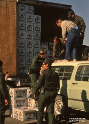 Agents offload chiles in a fruitless search for drugs. © William P. Diven.