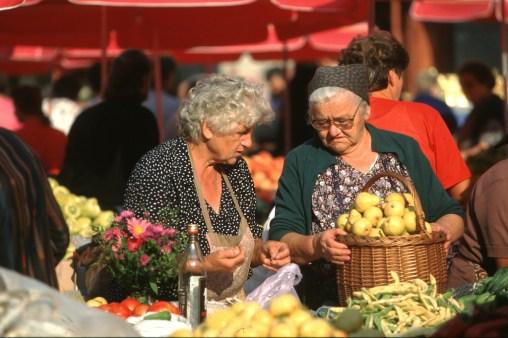 Croacia, Zagreb, mercado central, vendedoras de frutas y verduras
