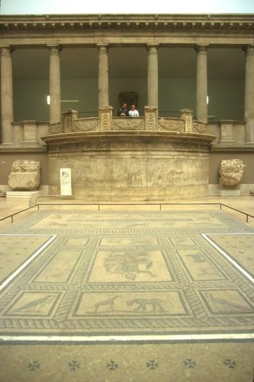 Alemania, Berlin, Entrada al museo de Pergamo, Mosaico y arquitectura Griega