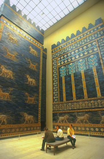 Alemania, Berlin, Entrada al museo de Pergamo, mosaicos de la antigua Babilonia
