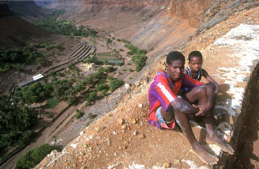 Cabo Verde, Isla Santiago, valle, niños del pueblo