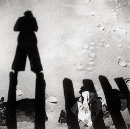 Eva Besnyö, Schatten von John Fernhout, Zeeland 1933, MAI.