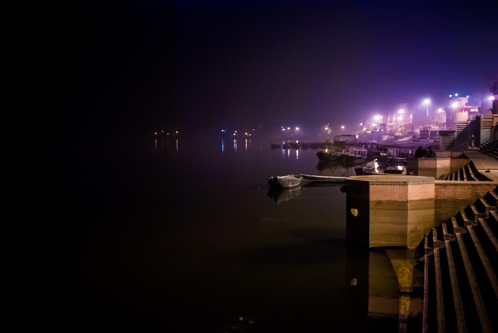 Varanasi es famosa por sus ghats, que rebosan de vida durante todo el día y que se calman durante la madrugada.