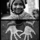 Durante nuestro viaje fotográfico a Nepal visitamos un orfanato. En la foto vemos a Lakchin, de 8 años, con las manos curtidas como si fuera un anciano.