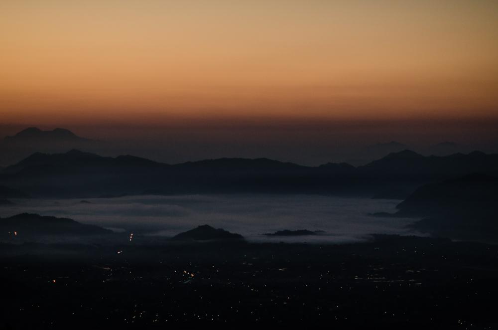 Puesta de sol desde Sarangot, el punto más alto de Pokhara, desde donde se puede apreciar la ciudad y la cordillera del Himalaya.