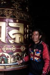 Fieles girando la rueda de la vida en el barrio de Bodnath, en Kathmandu, Nepal.