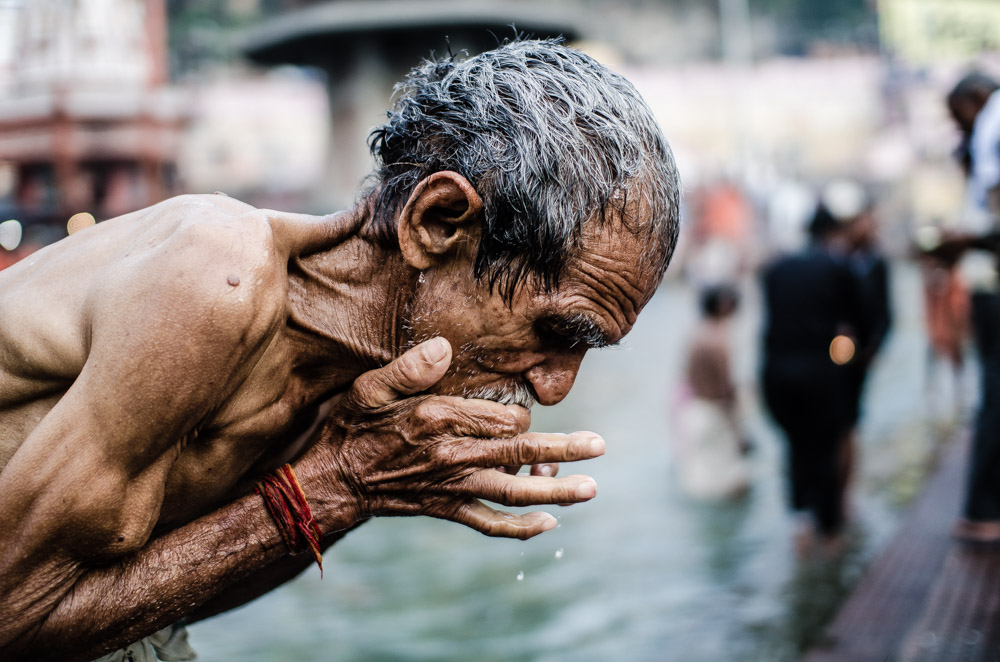 El Ganges a su paso por Haridwar, en La India, nos deja múltiples instantes de fieles purificándose en sus sagradas aguas.