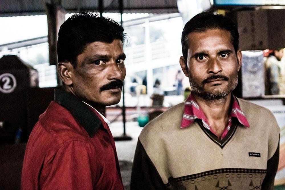 Esperando el tren en La India.