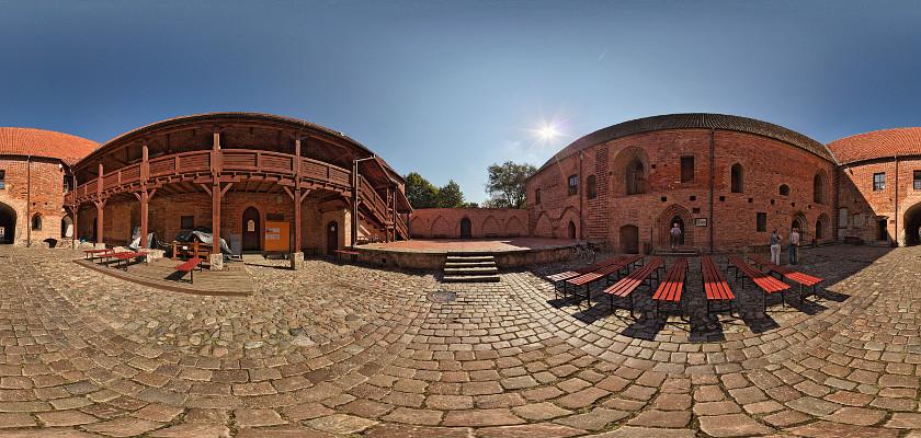 Na dziedzińcu zamku krzyżackiego w Ostródzie